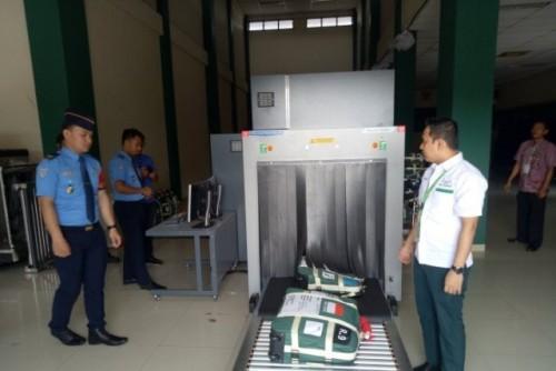 Angkasa Pura II Bandara SMB II Palembang memasang Mesin X-Ray di Asrama Haji Palembang untuk pemeriksaan barang-barang jamaah haji, Sabtu (6/7/2019) (Foto ANT)