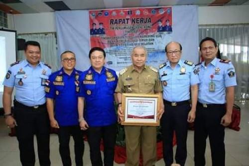 Bupati OKU Drs H Kuryana Azis mendapatkan penghargaan atas prestasi dalam memimpin Kabupaten OKU.