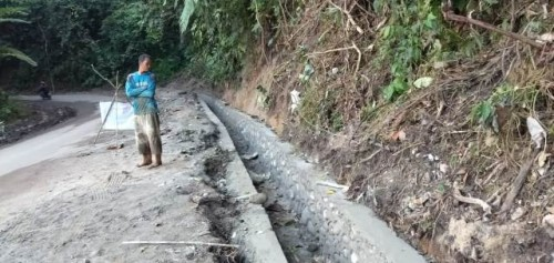 Proyek Siluman, Peningkatan Ruas Jalan Provinsi Di OKU Selatan dan Pembangunan Drainase Foto Imroni)