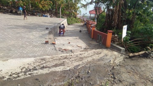 Jalan menuju obyek wisata air panas danau ranau di Kecamatan Warkuk Ranau Selatan. (Foto: Yogi)