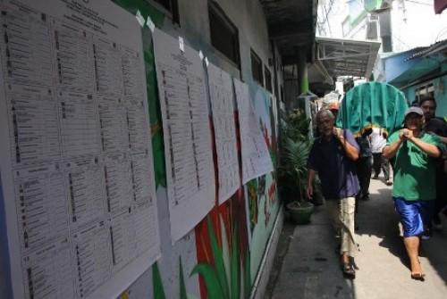 Ilustrasi warga mengusung jenazah anggota Kelompok Penyelenggaran Pemungutan Suara (KPPS) yang meninggal diduga karena kelelahan setelah menjalankan tugas di TPS.Foto: Antara/Didik Suhartono