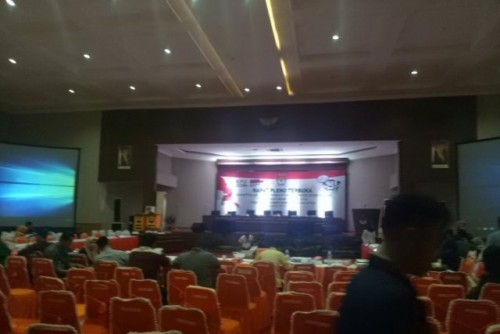 uasana pleno rekapitulasi KPU Sumsel saat skorsing, Sabtu (11/5). (Antara News Sumsel/Aziz Munajar/19)