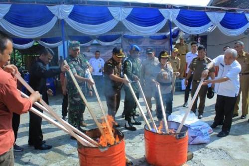 Komisi Pemilihan Umum (KPU) Kabupaten Ogan Komering Ulu (OKU) memusnahkan surat suara rusak dan kelebihan sebanyak 7.594