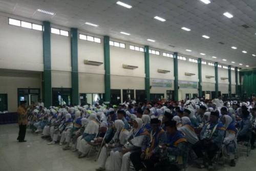 Jamaah calon haji kloter pertama Embarkasi Palembang sedang mendengarkan materi persiapan dari panitia pelaksana ibadah haji di Asrama Haji Palembang, Sabtu (6/7) (Foto Ant)