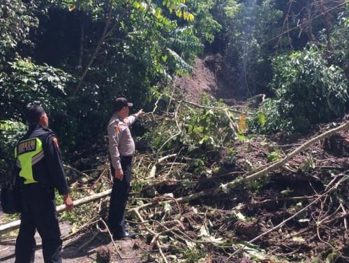 Akibat Tingginya Intensitas Hujan Jalur Wisata Banding Agung – Wisma Pusri Tertimbun Longsor